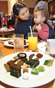 今年注目のチョコレートを試食する参加者たち=富山市総曲輪の大和富山店で