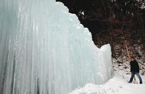 ようやく見ごろになった「つぐ高原グリーンパーク」の氷瀑=設楽町津具で