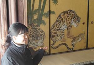 ほほ笑ましい虎の親子を描いた「竹虎図」の一部(高精細複製品)=京都市の妙心寺天球院で