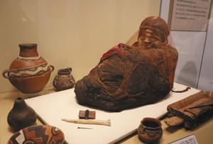 表情まで読み取れる「少女のミイラ」=県民会館美術館で
