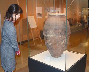 明治時代に京都から長野に運ばれた茶つぼ=長野市立博物館で
