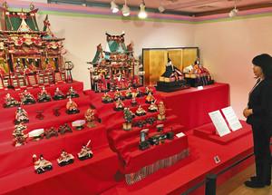 貴重なひな人形が並ぶ会場=磐田市香りの博物館で