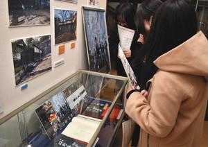 映画「刀剣乱舞」の台本や撮影セットパネルが並ぶ会場=松阪市歴史民俗資料館で
