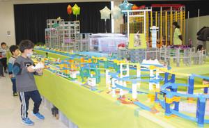 「鉄道おもちゃタウン」で遊ぶ子どもたち=海津市海津町油島の木曽三川公園センターで