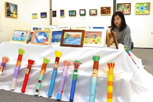 鮮やかな色彩で仕上げられた絵画や工作品が並ぶ会場=浜松市中区で