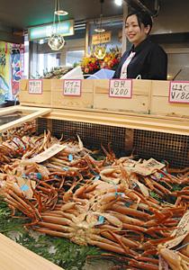 県産のカニが並ぶ店頭=七尾市府中町で