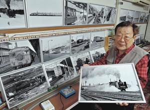 1960~70年の北陸線などを撮影し、写真展を開いている西脇恵さん=金沢市東力で