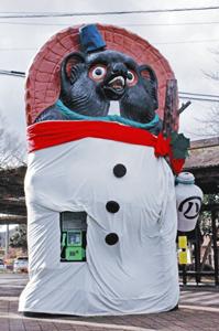 スノーマンに変身した大たぬき=甲賀市の信楽高原鉄道信楽駅前で
