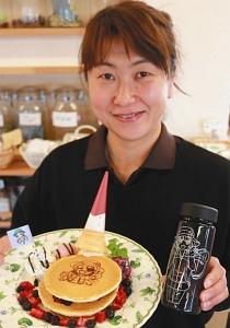 山県さくらの焼き印が押された「舟伏山のパンケーキ」=山県市大桑のハーブレンドで
