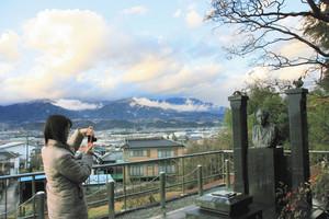 生家跡に隣接する椋鳩十の墓=いずれも長野県喬木村で