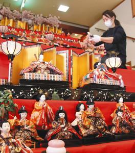 特設ステージに並べられたひな人形=七尾市府中町で