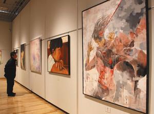 生徒たちの作品が並ぶ展示会場=安曇野市豊科近代美術館で