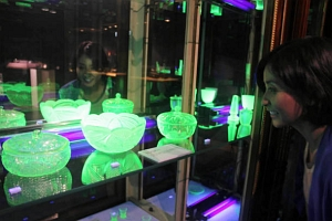 坂崎さんの収集品の1つで、緑色に発色するウランガラス=長浜市で