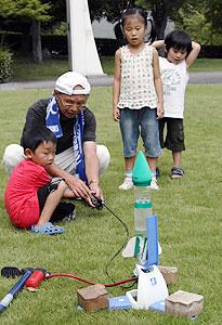 ロケット飛ばしを楽しむ子どもたち=松阪市立野町のみえこどもの城で