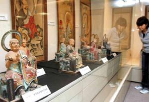 色鮮やかな仏像や仏画が並べられた会場=高浜町郷土資料館で