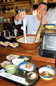 粘りの強いジネンジョで会席料理を作った堀野さん=氷見市の割烹三喜で
