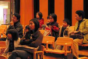 上映された「赤毛のアン」を観賞する来場者=高山市千島町の飛騨・世界生活文化センターで