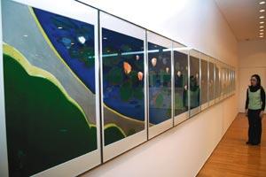 1枚を1行の詩に見立てた作品「ソネット」=富士市中野の横井照子富士美術館で
