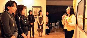 小野寺さん(右)の解説に聴き入る来場者=いずれも鈴鹿市のベルシティで
