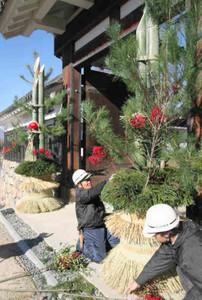 黒門の前に登場した高さ3.5メートルの門松飾り=国宝松本城で