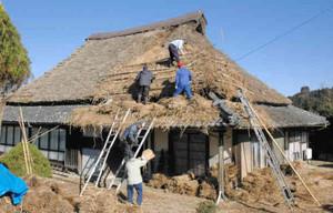 傷んだ部分を修復するため始まったかやぶき屋根のふき替え作業=「農村景観日本一」で知られる恵那市岩村町富田で
