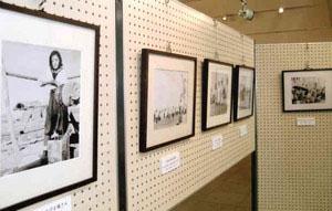 熊谷元一さんの貴重な写真が並ぶ特別企画展=阿智村で