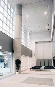 初めて曳山が展示されるうららの大ホールエントランス=小松市土居原町で