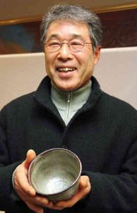 庄六賞受賞作を手に喜びを語る加藤さん=多治見市産業文化センターで