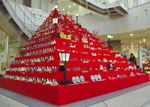 華やかな人形が並ぶ「ひなミッド」=瀬戸市の瀬戸蔵で