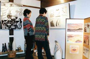 室崎琴月の物語を絵本にした挿絵原画などが並ぶ水上さんの木版画展=高岡市吉久のさまのこ屋で