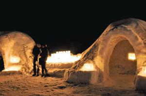 ろうそくと灯籠の光で幻想的に浮かび上がるかまくら=高山市奥飛騨温泉郷で