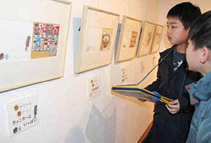 かわいい絵本原画を鑑賞する子どもたち=射水市鳥取の大島絵本館で