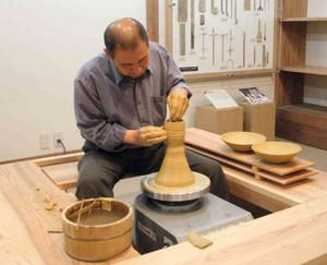 新設された実演コーナー。地元陶芸家が技を披露する=越前町の県陶芸館で