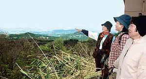 山開き初日、はるか富山県側の景色をながめる登山者たち=宝達志水町の宝達山山頂で