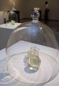 透明半球の中にオブジェが入ったガラス工芸作品=多治見市本町で