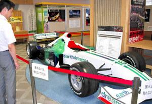 展示されているホンダのF1マシン=県庁で