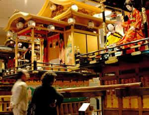 井波彫刻が施された子供歌舞伎の山車
