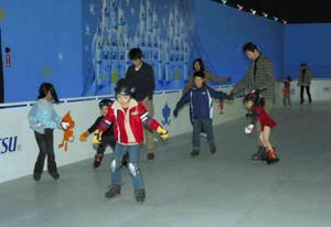 氷のないリンクでスケートを楽しむ子どもら=犬山市の日本モンキーパークで
