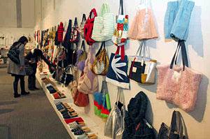 舞台衣装を再利用して作ったバッグなどが並ぶ会場=富山市民プラザで