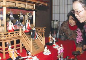 御殿に並ぶひな人形=津島市南門前町で