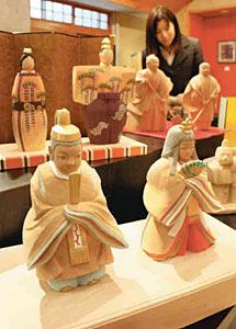 心を和ませる木彫りのおひなさまや縁起物がずらり=南砺市の井波彫刻総合会館で