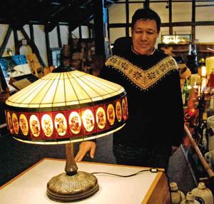 和風のステンドグラス作品を前にする平岡さん=半田市東本町の「国盛酒の文化館」で