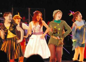 華やかなダンスを披露する出演者たち=高山市千島町の飛騨・世界生活文化センターで