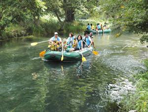 ボートで澄み切った川を水上散歩