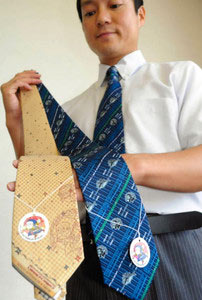 忍者ハットリくん列車の絵柄をあしらった二色のネクタイ=氷見商工会議所で