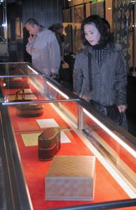 木竹工芸や染織など人間国宝によるさまざまな作品が並ぶ会場=名古屋市熱田区の熱田神宮宝物館で