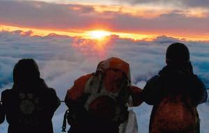 富士山頂付近から昇る太陽=駒ケ根市赤穂の中央アルプス千畳敷カールで