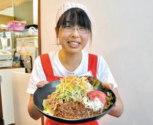 黒にんにくを練り込んだ「黒冷やし麺」をアピールする店員=山県市小倉のてんこもりで