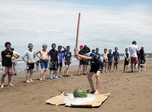 スイカ割りを楽しむ子どもたち=羽咋市の千里浜海水浴場で