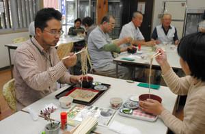 打ち立てのそばを味わう来場者=飯田市の天龍峡温泉交流館で